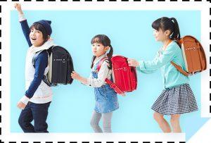 子供3人がランドセルを背負っている画像