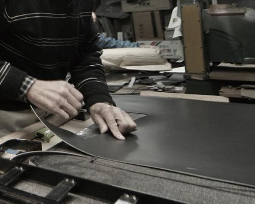 職人がランドセル素材を扱っている画像