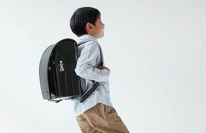 男の子がランドセルを背負っている画像