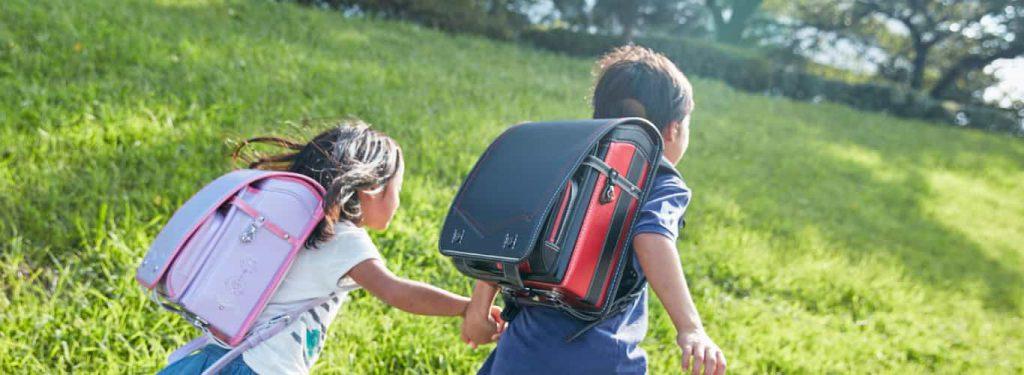 子供がランドセルを背負っている画像